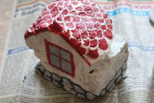 Как превратить обломок кирпича в садовое украшение - волшебный домик