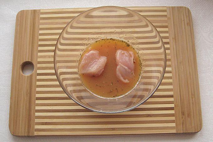 Обмакиваем кусочки филе в яичную смесь