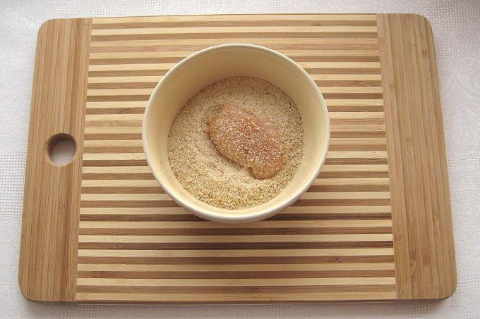 Обваливаем кусочки филе в панировочных сухарях