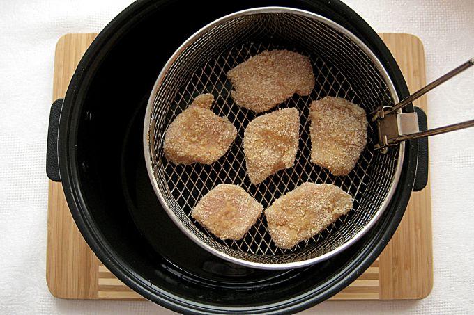 Выкладываем в корзину для жарки кусочки филе