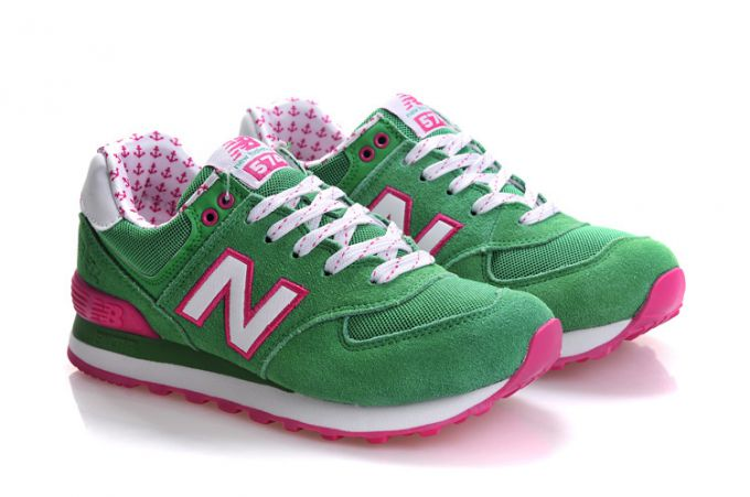 С чем девушке можно носить кроссовки?