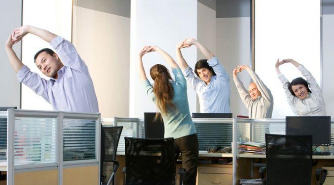 Работая в офисе, можно выполнять несложные упражнения для поддержания фигуры в форме