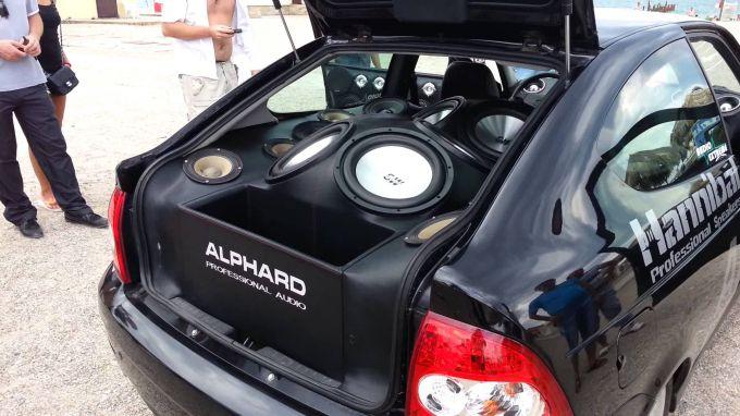Чем плоха штатная аудиосистема автомобиля и как ее заменить?
