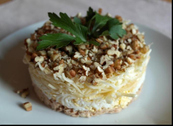 Слоеный салат с грецкими орехами и сыром
