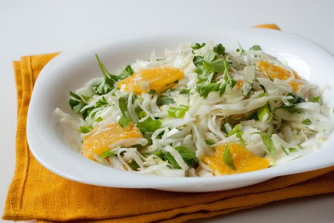 Капустный салат с апельсинами