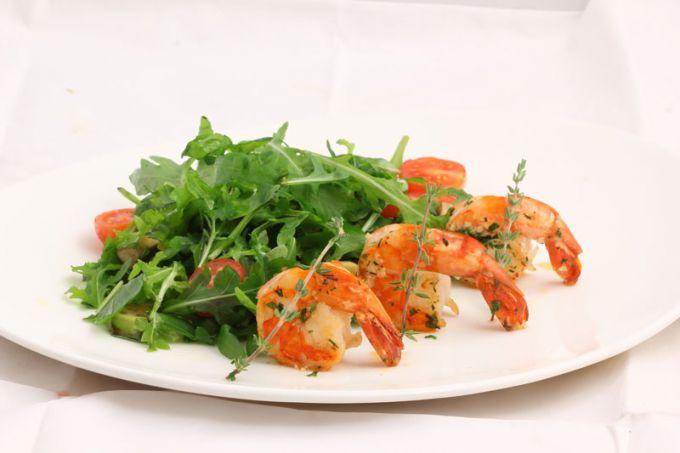 Диетический салат с рукколой и тигровыми креветками