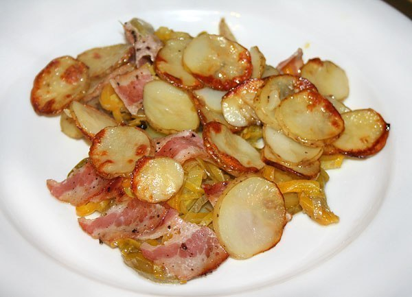 Steamed potatoes with bacon