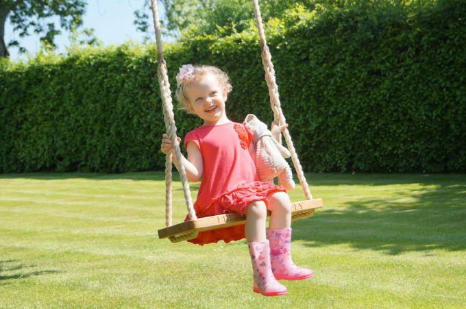 Как сделать детские качели на даче?