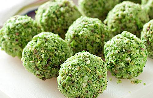 Как приготовить сыроедческие шарики из брокколи
