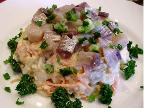 Салат картофельный с селедкой