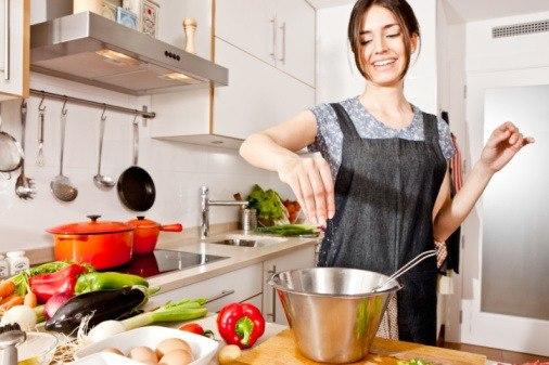 женское фото на кухне