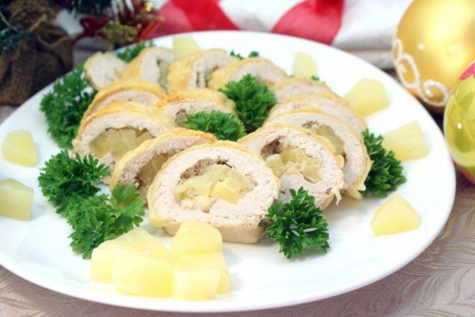 Куриный рулет с ананасом и шпинатом