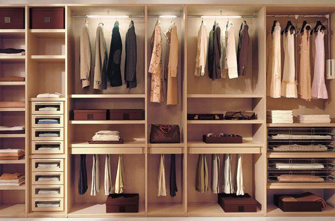 Как рассортировать одежду в шкафу
