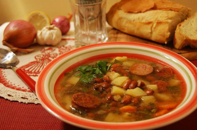 Суп с фасолью и колбасой