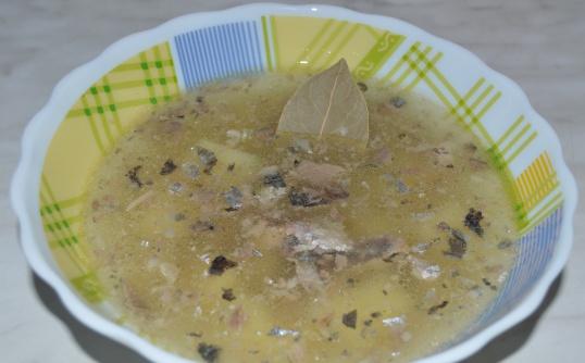 Как приготовить простой суп с консервированной рыбой