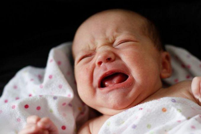 Почему грудничок плачет: основные причины