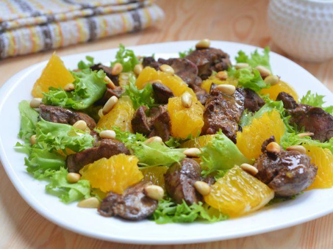 Теплый салат с куриной печенью, редисом и черешней