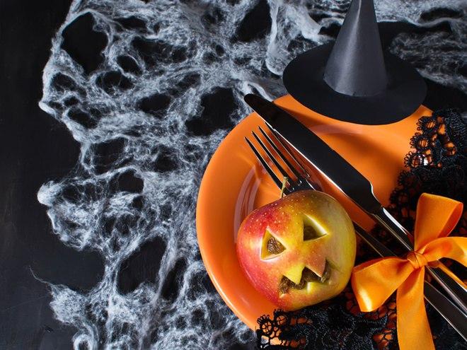 Яблоко тоже сезонный плод, поэтому им можно заменить тыкву на Хэллоуин