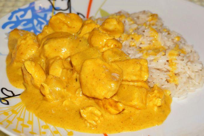 Куриные грудки в сметанном соусе с куркумой