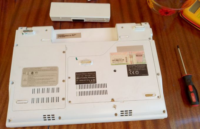 Нижняя поверхность ноутбука BG45