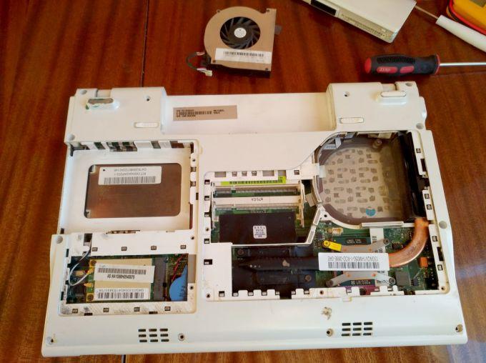 Снять жёсткий диск ноутбука BG45