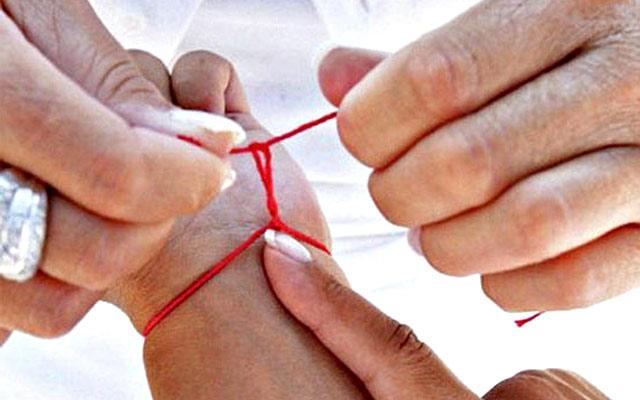 Как завязывать красную нить на запястье