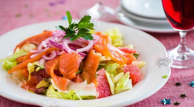 салат с красной рыбой и авокадо