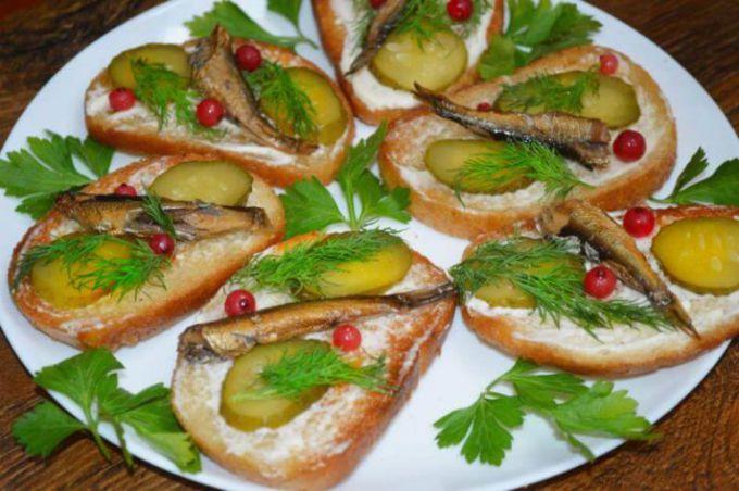 Как приготовить бутерброды со шпротами на Новый год