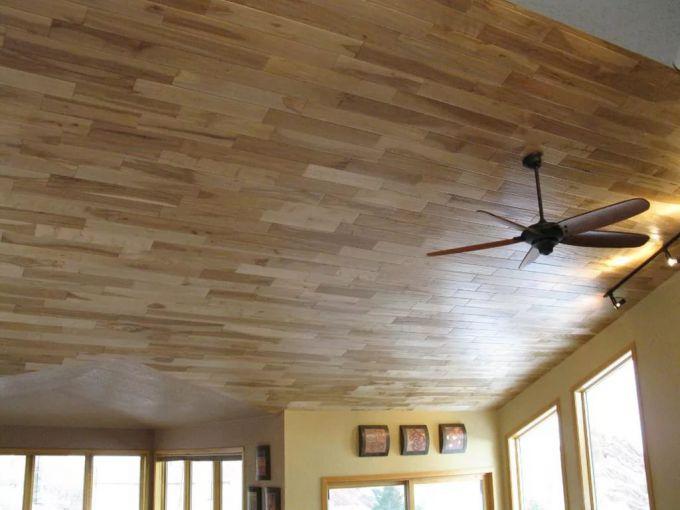 Ламинат на потолке придаёт комнате стиль и необычность