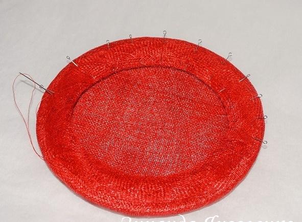Изнаночная сторона шляпки с косой бейкой