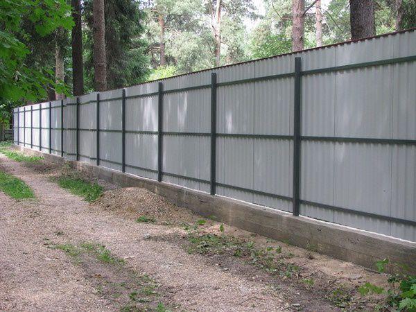 Как поставить забор из профнастила вокруг участка