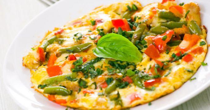 Как приготовить яичницу с луком, помидором и стручковой фасолью