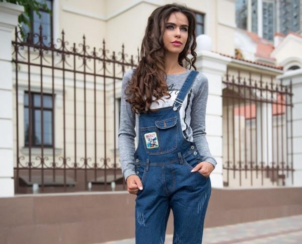 С чем носить женский джинсовый комбинезон