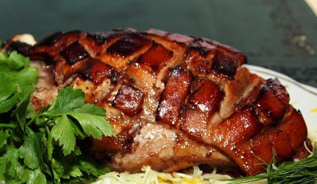 Как приготовить запеченный свиной окорок