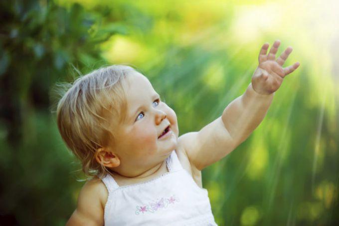 Ребенок на открытом солнце