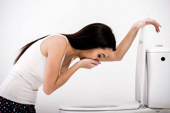 Исследования и опросы показали, что большинство женщин относят к первым признакам беременности тошноту.