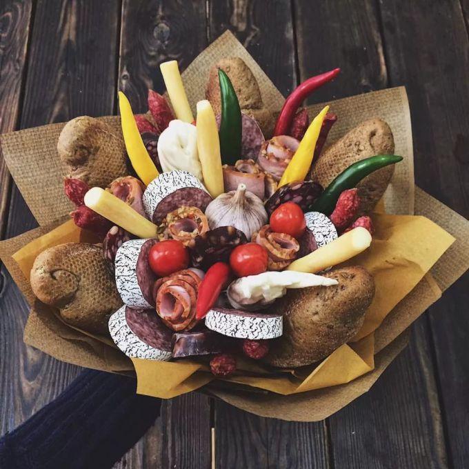 Букет из колбасы, сыра и овощей