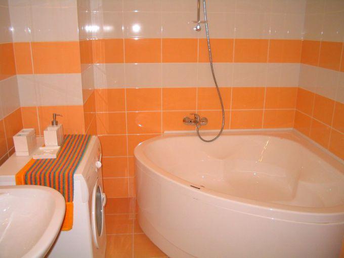 Пластиковый уголок на ванной недорогое, а при правильном монтаже еще и эстетичное решение.