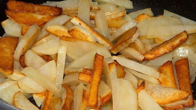Жареная картошка на сковороде