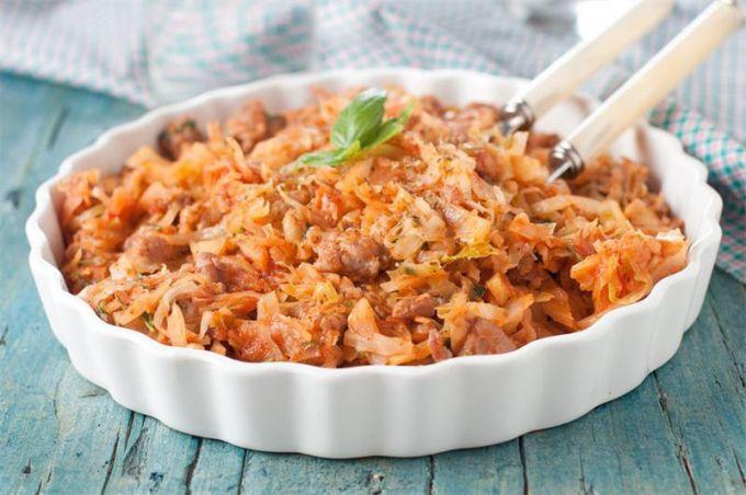 Как приготовить тушеную капусту с мясом и томатной пастой