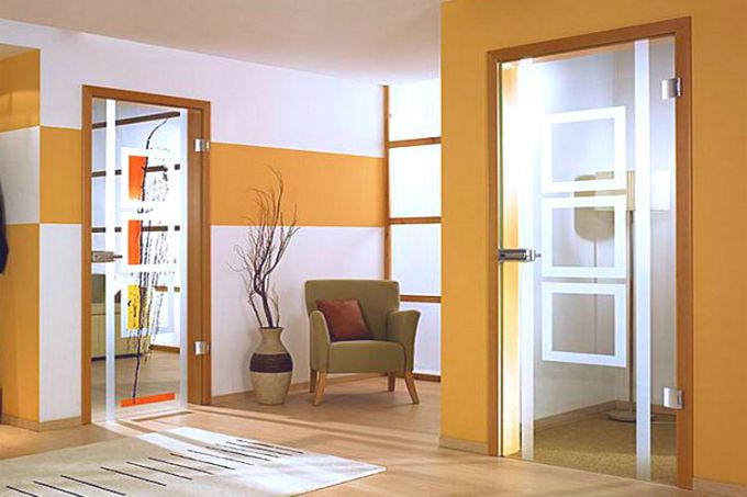 Достоинства и недостатки стеклянных межкомнатных дверей
