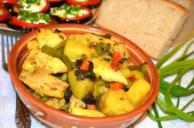 Картофель с курицей и грибами вкусно сочетать с солеными грибами, стручковой фасолью и другими интересными ингредиентами.