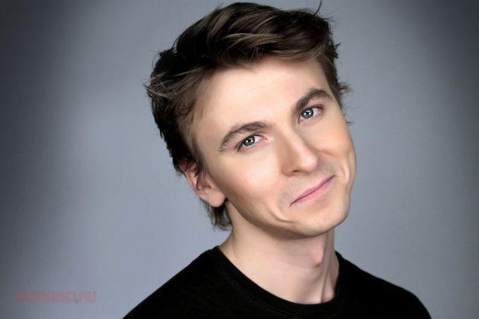 Талантливый актер даже улыбается со смыслом!