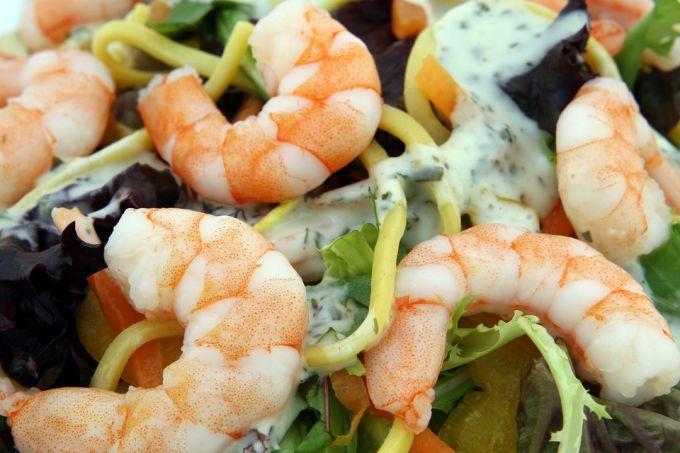 Вкусный салат с креветками и кальмарами