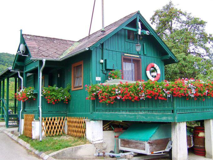 Нужно ли оформлять дачный дом в СНТ, если земля в собственности