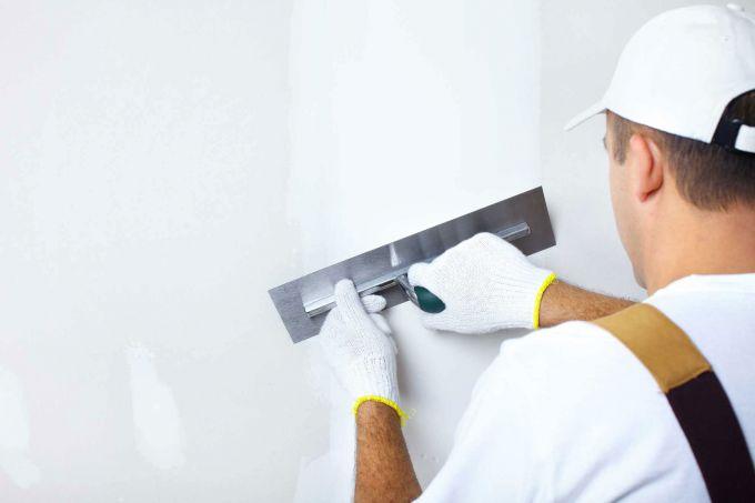 Нужно ли шпаклевать стену перед поклейкой обоев