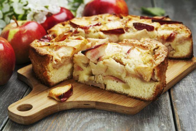 Шарлотка с яблоками на сковороде: пошаговые рецепты с фото для легкого приготовления