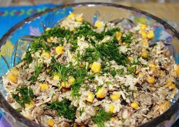 Оригинальный салат со шпротами