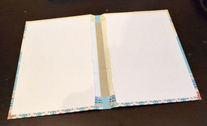 Отделяем обложку блокнота от страниц