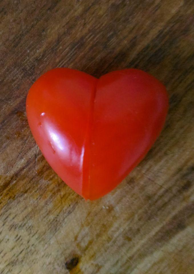 """Как сделать """"сердечко"""" из сливовидных помидоров черри"""
